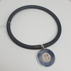 Flo-Bracciale-caucciù-nero-pendente-B-argento-dettaglio-dorato-olsz