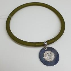Flo-Bracciale-caucciù-verde-pendente-P-argento-dettaglio-dorato-olsz