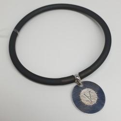 Flo-Bracciale-caucciù-nero-pendente-V-argento-dettaglio-dorato-olsz