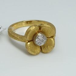 Anello-fiore-oro-giallo-satinato-con-diamanti-taglio-brillante-ndkl