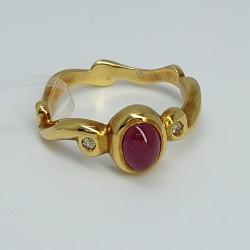 Anello-oro-giallo-con-diamanti-taglio-brillante-e-rubino-cabochon-ne3u