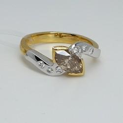 Anello-oro-giallo-oro-bianco-con-diamante-fancy-taglio-navette-e-diamanti-bianchi-taglio-brillante-nxv8