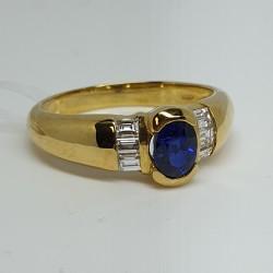 anello-in-oro-giallo-con-zaffiro-taglio-ovale-e-diamanti-taglio-baguette