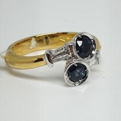 anello-oro-bianco-e-giallo-con-zaffiri-e-diamanti-taglio-baguette-trapezoidali