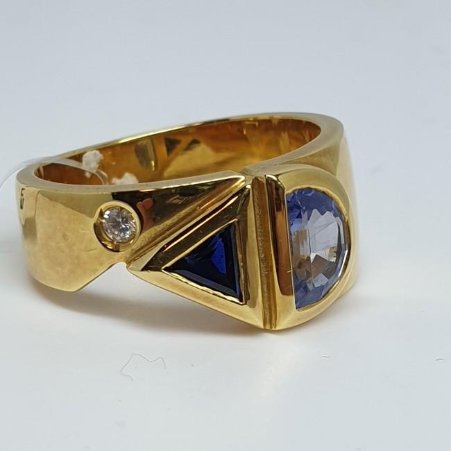 anello-fascia-oro-giallo-diamante-taglio-brillante-zaffiro-triangolare-e-zaffiro-ceylon-taglio-mezzaluna