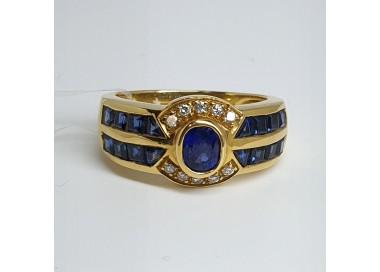 anello-in-oro-giallo-con-zaffiro-taglio-ovale-zaffiri-taglio-carre-e-diamanti-taglio-brillante