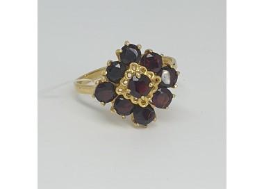 anello-in-oro-giallo-con-motivo-centrale-quadrato-con-granati